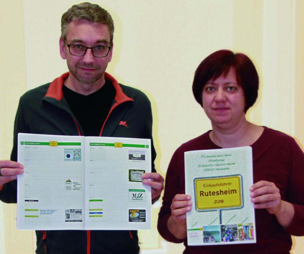 """Frank Manhillen und Sandra Weidner von der Manhillen Drucktechnik GmbH mit dem neuen """"Einkaufsführer Rutesheim 2018""""."""