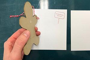Making-of Weihnachtskarte: Aufspenden des Lebkuchenmanns auf quadratischen Kartentraeger mit Klebepunkt (Silikon)