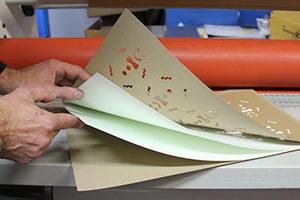 Making of Weihnachtskarte: Mehrschichtiges Multiloft-Papier wird in Rollenpresse aufkaschiert