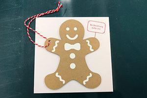 Making-of Weihnachtskarte: Ansicht fertige Weihnachtskarte bestehend aus Geschenkanhaenger (Lebkuchenmann) und Kartentraeger