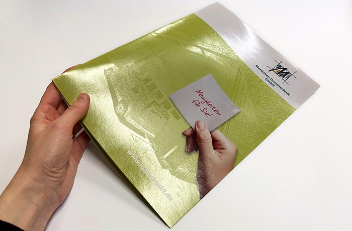 Druckveredelung im UV-Offsetdruck: Reizvolle Matt-Glanz-Effekte durch Drip-off-Lackierung einer DIN A4 Heftmappe