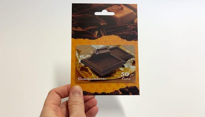 Druckveredelung im Siebdruck: Duftlack (Schokolade) auf Plastik-Geschenkkarte und Kartenträger mit Lentikulareffekt (3D)