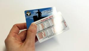 Druckveredelung im UV-Offsetdruck: Plastikkarten mit vollflächiger Hochglanz-Lackierung (Schutzlack statt Laminierung)
