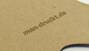 Druckveredelung mit Lasertechnologie: Lasergravur (z. B. Logo) auf mehrschichtigem Multiloft-Papier