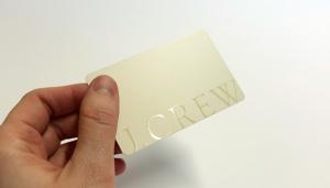 Druckveredelung im Siebdruck: Schlichte aber wirkungsvolle pastellfarbene Plastikkarte mit Relieflack veredeltem Logo