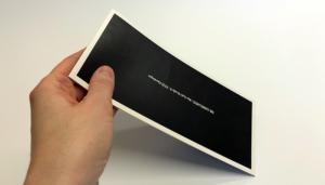 Druckveredelung im Siebdruck: Haptisch erlebbare Rückseite einer Einladungskarte mittels Softtouch-Lack
