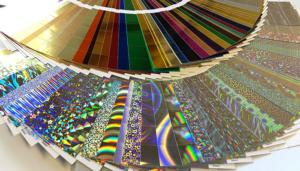 Für die Heißfolienprägung bieten wir eine große Auswahl an Folien (Farbfolien, Goldfolien, Silberfolien). Sprechen Sie uns zum Thema Druckveredelung an!